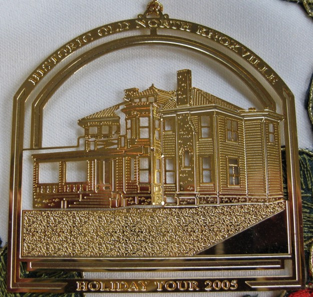 hometour_ornament_2005_gold