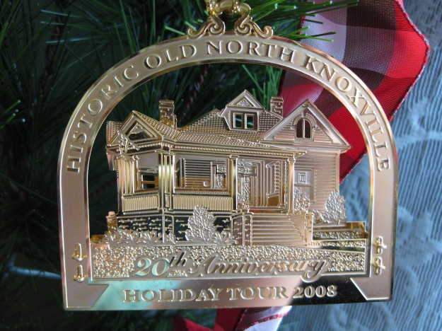hometour_ornament_2008_gold