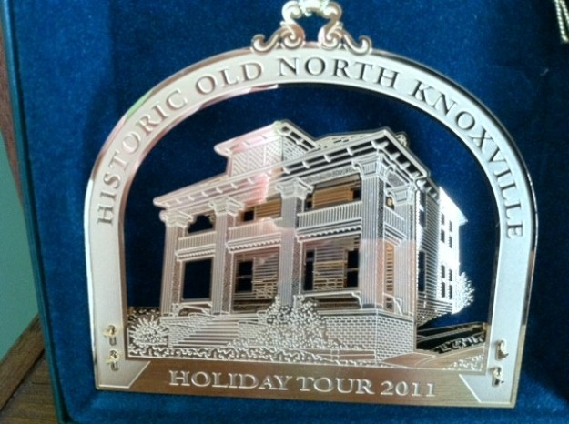 hometour_ornament_2011_gold